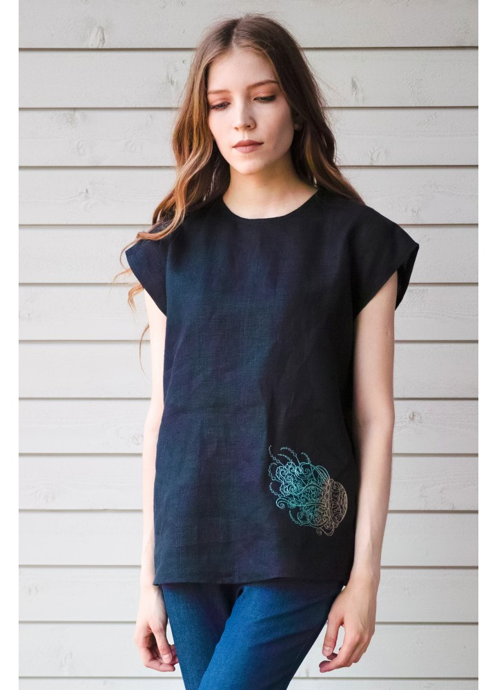 Льняная футболка с вышивкой Медуза